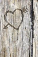 älskar hjärta och pil graffiti huggen i trä foto