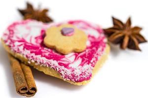 hjärtformad kaka dekorerad med kanel och stjärnanis foto
