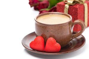 kaffe, rött godis, gåva och rosor för alla hjärtans dag foto