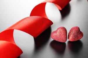 rött band hjärta foto