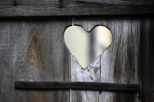hjärta i en gammal badrumsdörr foto
