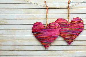 dekorativa hjärtan på trä bakgrund foto