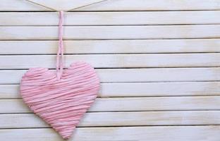 dekorativt hjärta på träbakgrund foto