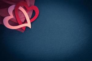svarta tavlan med röda och rosa hjärtan