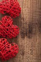 röda hjärtan över träbakgrund för alla hjärtans dag foto