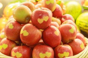 äpplen med snidade hjärtan foto