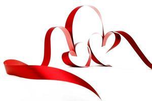 rött hjärta band rosett foto
