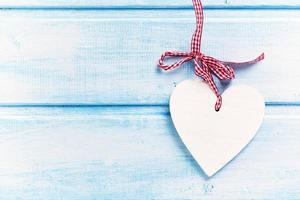 hjärta på trä bakgrund foto