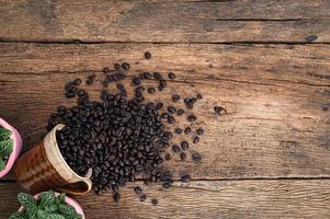 kaffebönor på skrivbordet