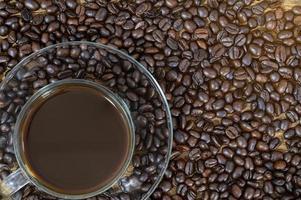 kaffemugg på kaffebönor foto