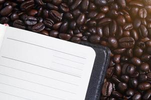 anteckningsbok på kaffebönorna