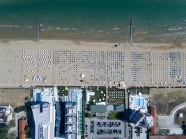 fågelperspektiv av byggnader nära havet