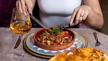 kvinna som äter kött med vin foto
