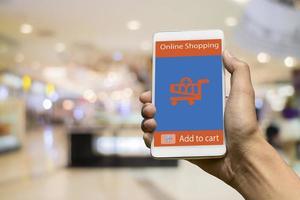 använder smart telefon för online-shopping foto