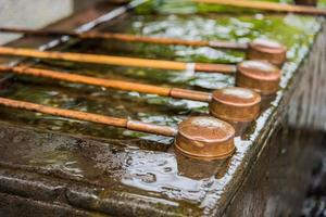 vattenskopa i japanskt tempel foto
