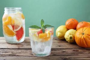 citrus detox vatten grön bakgrund