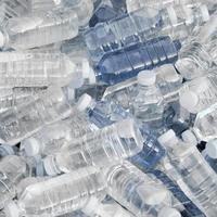 hög med färskvattenflaskor foto