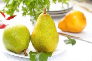 färska päron med droppar vatten foto