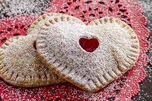hjärtformade körsbär hand pajer foto