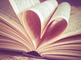 älskar hjärta i en bok foto