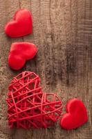 röda hjärtan över träbakgrund för alla hjärtans dag