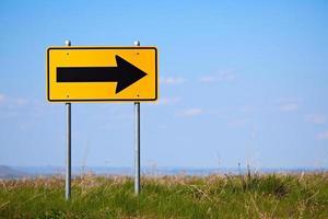 vägskylt höger sväng ett sätt foto