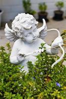 staty av amor i trädgården. foto