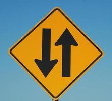vägskylt - tvåvägs trafik framåt foto