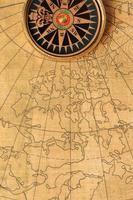 gammal kompass och karta foto