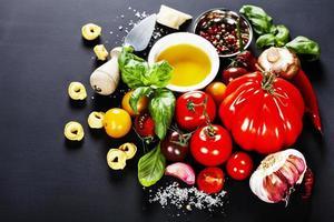 italienska ingredienser - pasta, grönsaker, kryddor, ost foto