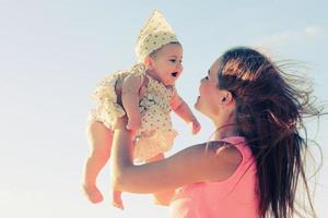 porträtt av ung mamma och hennes söta baby