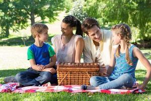 lycklig familj på picknick i parken