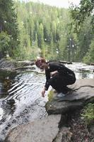 ung kvinna stänkande vatten