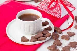 varm kakao och kakahjärtor. selektivt fokus