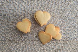 hjärtformade valentins smörkakor foto