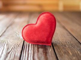 rött hjärta på träbakgrund foto