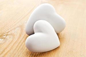 två hjärtan på trä bakgrund. foto