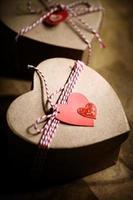 presentförpackning med hjärtamärken foto
