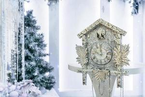 antika klockor och julgran foto