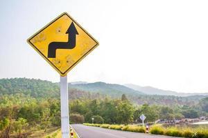 sväng höger skylt på vägen