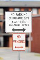 ingen parkering på ballgame dagar skylt med varuautomater foto