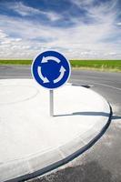 rondellen skylt tre pilar signal väg rund cirkel