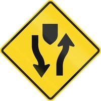 centralreserv med tvåvägs trafik i Kanada foto