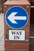 blå väg i tecken foto