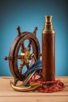 maritimt äventyr gammalt ankare och mässingsteleskop