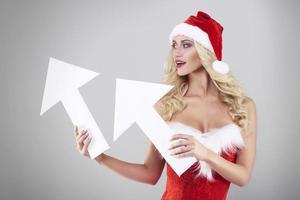 två vita pilar som hålls av den feminina jultomten foto