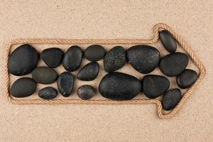 pekare gjord av rep med svarta stenar