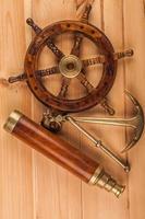 maritimt äventyr gammalt ankare och gammalt teleskop