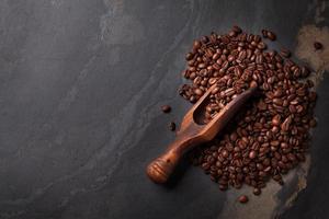 kaffebönor på stenbordet