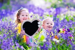 barn med blommor och krita ombord foto